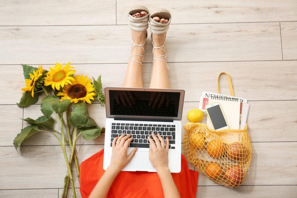 Frau Sonnenblumen und Laptop
